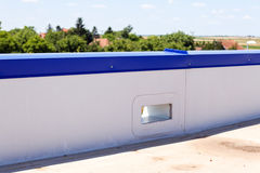 Vlak dak op industriële zaal royalty-vrije stock afbeelding