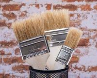Vlak die Chip Painting Brush op bakstenen muur wordt geïsoleerd stock foto's