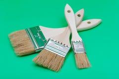 Vlak die Chip Painting Brush op groen wordt ge?soleerd royalty-vrije stock afbeeldingen