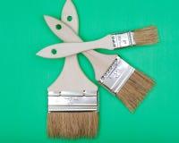 Vlak die Chip Painting Brush op groen wordt ge?soleerd stock fotografie