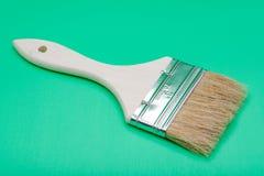 Vlak die Chip Painting Brush op groen wordt ge?soleerd stock afbeelding