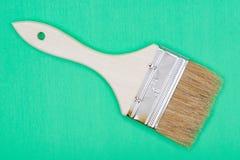Vlak die Chip Painting Brush op groen wordt ge?soleerd stock foto