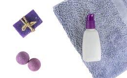 Vlak kuuroordbad op witte achtergrond, hoogste meningscosmetischee producten voor hygiëne Bommen, met de hand gemaakte zeeplavend stock fotografie