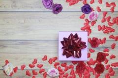 Vlak-leg achtergrond voor de Dag van Valentine, liefde, harten, giftvakje Exemplaarruimte stock foto's
