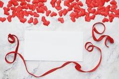 Vlak-leg achtergrond voor de Dag van Valentine, liefde, harten, giftvakje Exemplaarruimte royalty-vrije stock afbeelding
