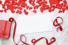 Vlak-leg achtergrond voor de Dag van Valentine, liefde, harten, giftvakje Exemplaarruimte royalty-vrije stock foto