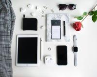 Vlak leg: Apple-producten op zwart-witte achtergrond stock fotografie