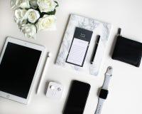 Vlak leg: Apple-producten op zwart-witte achtergrond royalty-vrije stock foto's