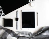Vlak leg: Apple-producten op zwart-witte achtergrond stock afbeelding