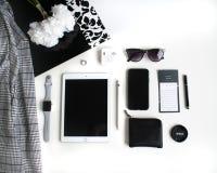 Vlak leg: Apple-producten op zwart-witte achtergrond royalty-vrije stock afbeeldingen