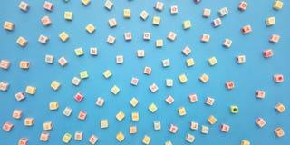 Vlak leg, Blauwe Achtergrond en Ontwerp van het de Parelelement van de Alfabet het Plastic Kubus en Bellenpraatje voor bericht, c royalty-vrije stock foto