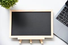 Vlak leg bord en Laptop stock afbeelding