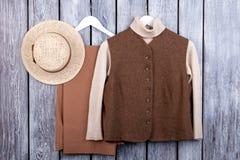 Vlak leg, bruin vest, trosuers en strohoed stock foto's
