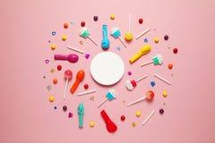 Vlak leg childs verjaardagspartij, roze patroon als achtergrond Zoet suikergoed, heldere ballon, feestelijke kaarsen, cupcake en  stock afbeeldingen