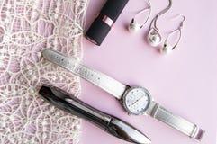 Vlak leg de toebehorencollage van vrouwen met modieuze horloges, oorringen en tegenhanger met witte parels, lippenstift, mascara  royalty-vrije stock afbeeldingen