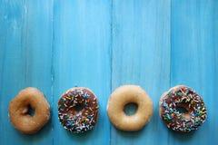 Vlak leg Doughnuts op Blauw Rustiek Hout Stock Afbeeldingen
