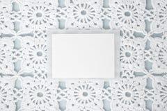 Vlak, leg, een blad van document voor tekst op een blauwe achtergrond met gehaakt wit uitstekend kant, de winterthema, vierkant o royalty-vrije stock fotografie