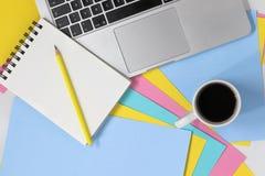 Vlak leg foto van creatieve werkruimte met kleurrijke pastelkleurdocumenten stock afbeelding