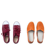 Vlak leg geplaatste manier: gekleurde pantoffelsschoenen op witte houten achtergrond Hoogste mening Royalty-vrije Stock Foto