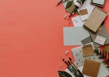 Vlak leg het concept van het bedrijfsbureauonderwijs Assortiment van levering stock foto