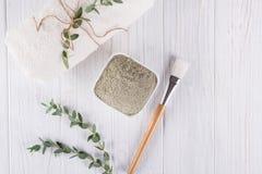 Vlak leg, het poeder natuurlijk ingrediënt van de kleimodder voor eigengemaakt gezichts en lichaamsmasker of schrob stock afbeelding