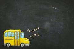 Vlak leg het trekken van een schoolbus met de tekst van de schooltijd Terug naar schoolconcept met exemplaarruimte op een bord royalty-vrije stock foto