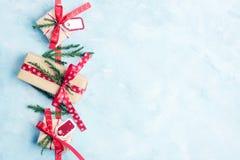 Vlak leg hoogste mening drie vakjes van de Kerstmisgift in ambachtdocument met rode linten op lichtblauwe achtergrond Het concept Royalty-vrije Stock Afbeelding