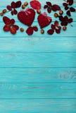 Vlak leg kader van de herfst karmozijnrode bladeren, okkernoten en decoratief Stock Foto