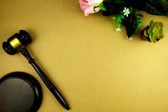 Vlak leg Kader van droge roze bloemen en hamer op document bedelaars wordt gemaakt die stock illustratie