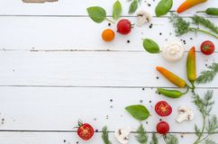 Vlak leg Kader van groenten en kruiden op witte houten achtergrond stock fotografie