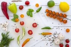 Vlak leg Kader van groenten en kruiden op witte houten achtergrond royalty-vrije stock afbeeldingen