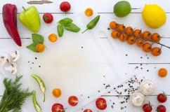 Vlak leg Kader van groenten en kruiden op witte houten achtergrond royalty-vrije stock foto