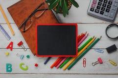 Vlak leg kantoorbehoeftenmateriaal op witte houten lijstachtergrond Royalty-vrije Stock Foto