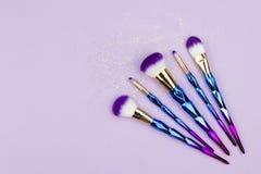 Vlak leg kleurrijk maken omhoog plaatsen met eenhoorn schitteren op pastelkleur pur stock afbeeldingen