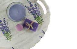Vlak leg kuuroordbad op witte achtergrond, hoogste meningsproducten voor hygiëne Bommen en zeep van lavendel met handdoek royalty-vrije stock afbeelding