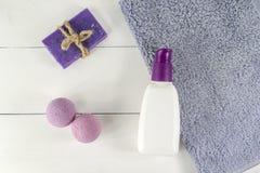 Vlak leg kuuroordbad op witte houten achtergrond, hoogste meningscosmetischee producten voor hygiëne Bommen, met de hand gemaakte stock afbeelding