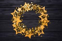 Vlak leg leeg rond kader van grote en kleine sterren van confettien Gouden parels stock foto
