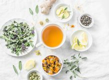 Vlak leg lever detox anti-oxyderende thee en de ingrediënten voor het op een lichte achtergrond, hoogste mening royalty-vrije stock foto's
