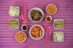 Vlak leg lijst plaatsend met Chinese voedselschotels en vorken klaar te eten stock afbeeldingen
