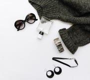 Vlak leg maniersamenstelling met warme sweater, zonnebril en horloges royalty-vrije stock foto's