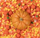 Vlak leg mening van Halloween-Suikergoed behandelt met kleine Pompoen in Ce royalty-vrije stock fotografie