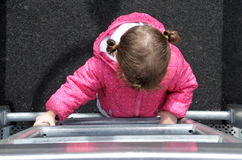 Vlak leg mening van meisje beklimt op een ladder stock fotografie
