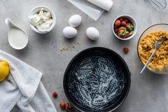 vlak leg met bakselvorm en ingrediënten voor eigengemaakte pastei royalty-vrije stock afbeeldingen