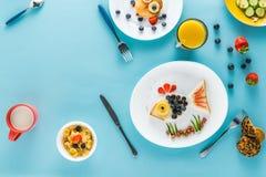 Vlak leg met creatief gestileerd kinderen` s ontbijt stock afbeelding