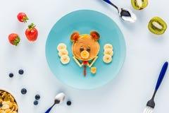 Vlak leg met creatief gestileerd kinderen` s ontbijt met bessen en kiwi royalty-vrije stock foto's