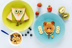 Vlak leg met creatief gestileerd kinderen` s ontbijt met bessen en kiwi stock fotografie