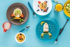 Vlak leg met creatief gestileerd kinderen` s ontbijt met dranken royalty-vrije stock afbeelding