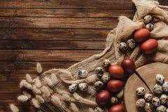vlak leg met kip en kwartelspaaseieren op gaas op houten achtergrond stock afbeeldingen