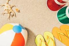 vlak leg met kleurrijke wipschakelaars, geschikte strandbal, zeeschelpen en kappen royalty-vrije stock afbeeldingen