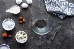 vlak leg met regeling van ingrediënten voor eigengemaakte pastei en lege kom op dark royalty-vrije stock afbeeldingen